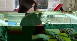 Kasaplar çarşısında bir kadın kasap