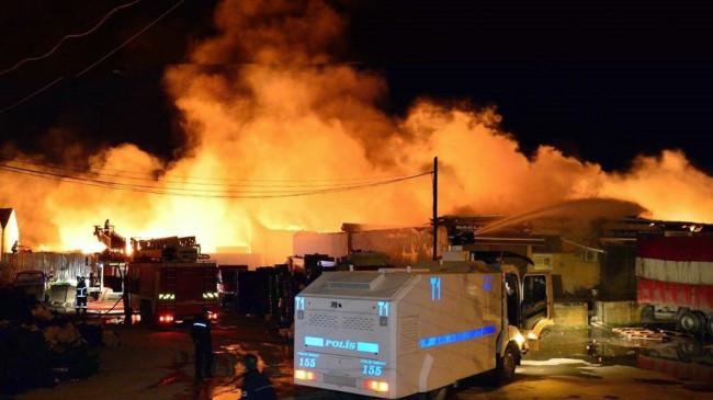 Çanakkale Belediyesi Sebze ve Meyve Toptancı Hali depolarının bulunduğu alanda çıkan yangın söndürüldü.