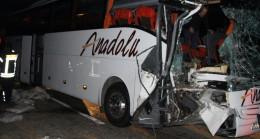 Manisa'da yolcu otobüsü TIR'a çarptı: 20 yaralı
