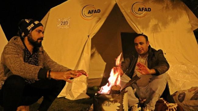 Çadırlarda kalan depremzedeler, soğuk havada ateş yakarak ısınmaya çalışıyor