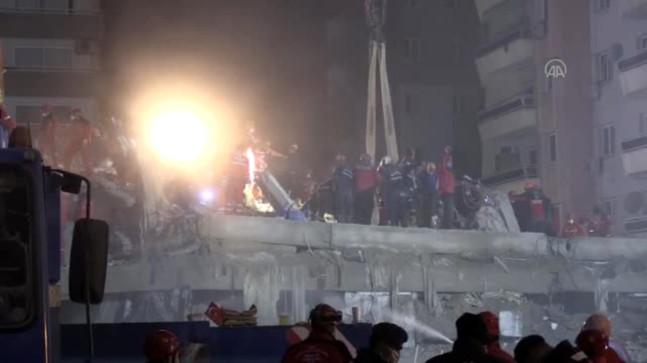 Rızabey Apartmanı enkazındaki kurtarma çalışmaları