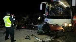 Son dakika haber… Kazada ikiye bölünen otomobilden yola fırlayan 2 kişi öldü